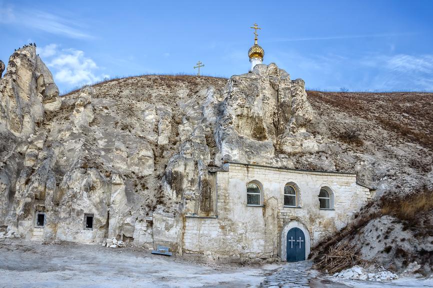 Пещерный храм Рождества Иоанна Предтечи (малые Дивы), вход для экскурсий © Tania Kunitzckaya / Фотобанк Лори