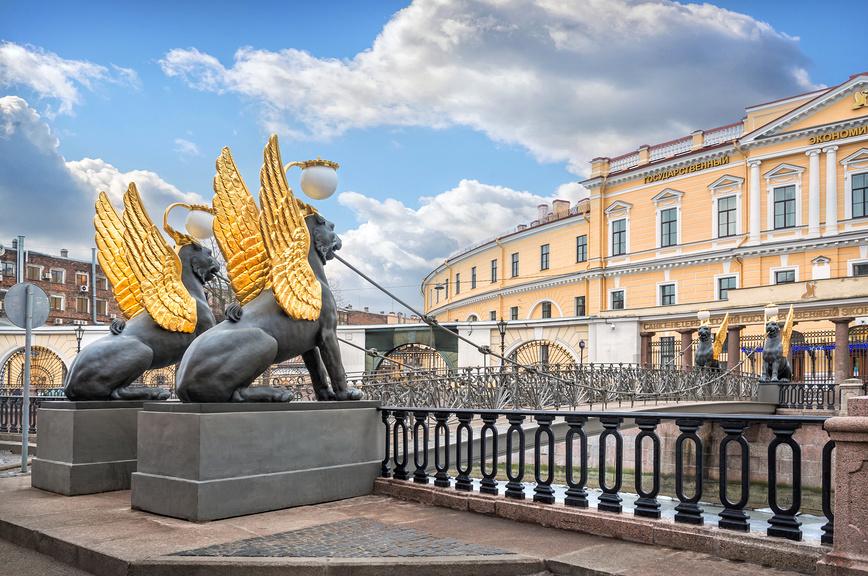 Грифоны с золотыми крыльями на Банковском мосту в Санкт-Петербурге © Baturina Yuliya / Фотобанк Лори