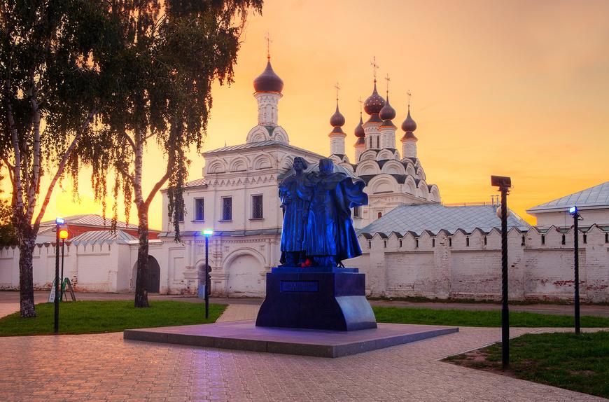 Муром. Памятник Петру и Февронии на фоне монастыря на закате © Литвяк Игорь / Фотобанк Лори