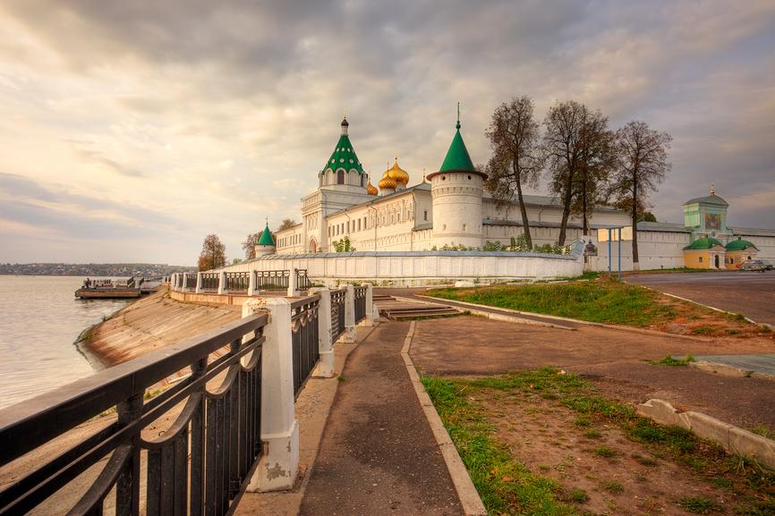 Кострома. Вид на Свято-Троицкий Ипатьевский мужской монастырь © Литвяк Игорь / Фотобанк Лори