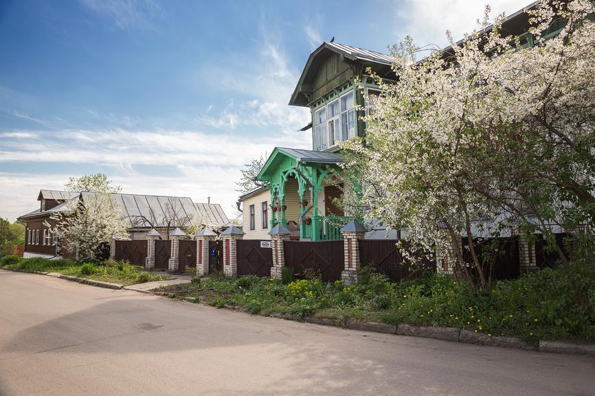 Весна в Суздале. Улица в центре города с цветущими вишнями около домов © Юлия Бабкина / Фотобанк Лори