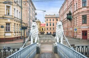 Белые скульптуры львов на Львином мосту через канал Грибоедова в Санкт-Петербурге © Baturina Yuliya / Фотобанк Лори