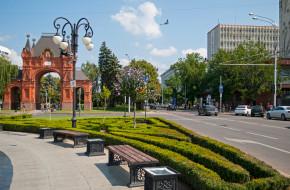 Краснодар, улица Красная и сквер с видом на Триумфальную арку © Игорь Архипов / Фотобанк Лори