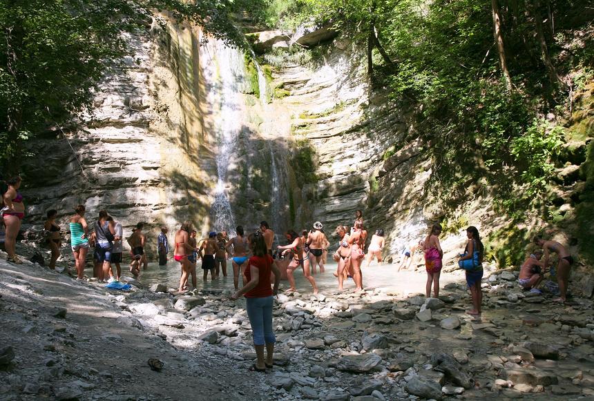 Туристы у одного из Пшадских водопадов © Наталья Волкова / Фотобанк Лори