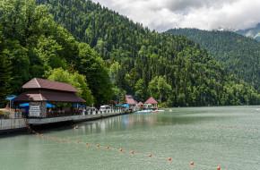 Абхазия. Летний пейзаж с видом на Озеро Рица на фоне гор © Игорь Низов / Фотобанк Лори