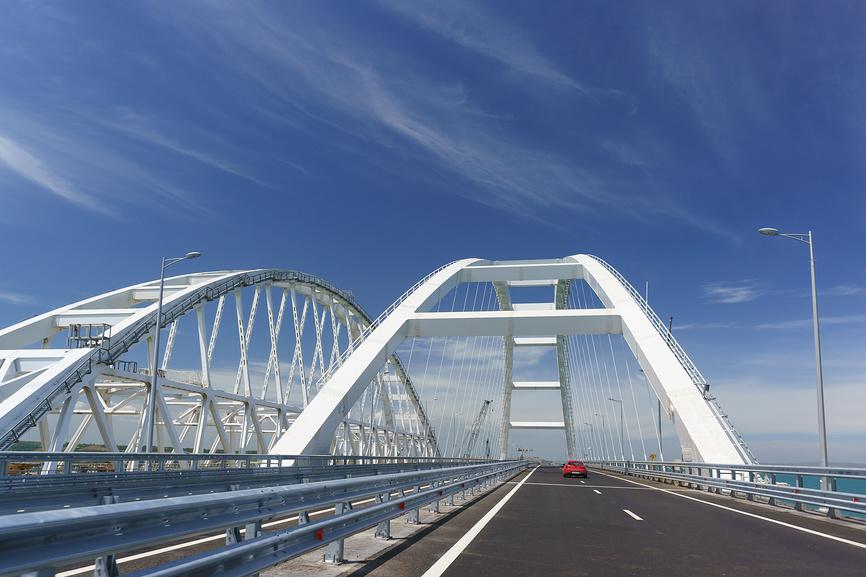 Открыт проезд по автомобильному мосту, соединяющему берега Керченского пролива © Наталья Гармашева / Фотобанк Лори