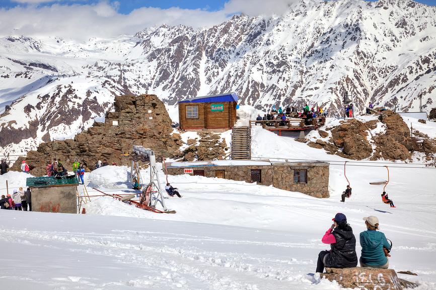Большой Кавказский хребет. Маленькое высокогорное кафе на склоне горы Чегет © Parmenov Pavel / Фотобанк Лори