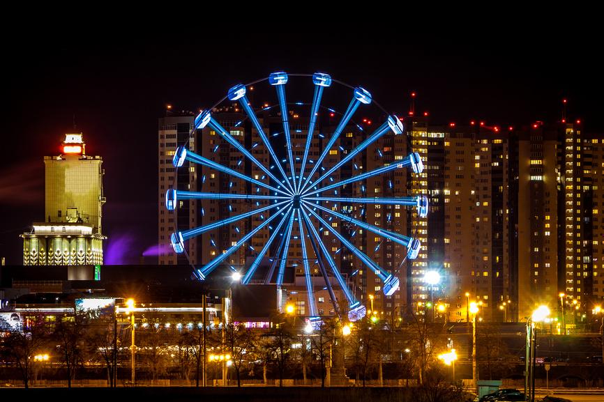 Ночной вид в центре Челябинска. Панорама города Челябинск, колесо обозрения ночью © Евгений Бобков / Фотобанк Лори