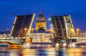 Вид на разведённый центральный пролёт Благовещенского моста и Исаакиевский собор. Санкт-Петербург © Литвяк Игорь / Фотобанк Лори