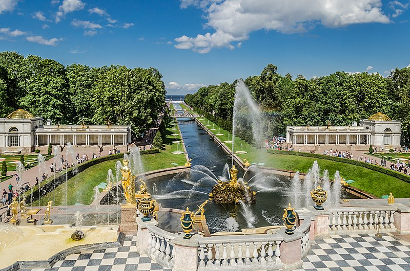 800px-View_to_the_Lower_Park_of_Peterhof_01