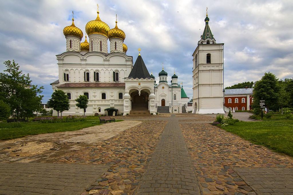 1200px-Кострома._Троицкий_Ипатьевский_монастырь