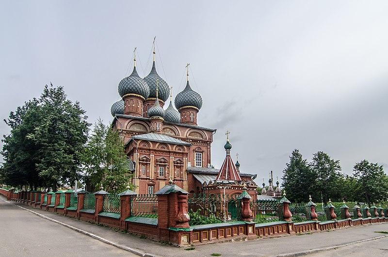 Каменная трёхпрестольная церковь с Екатерининским и Трёхсвятским приделами. Закрывалась на период с кон. 1930-х до 1946.