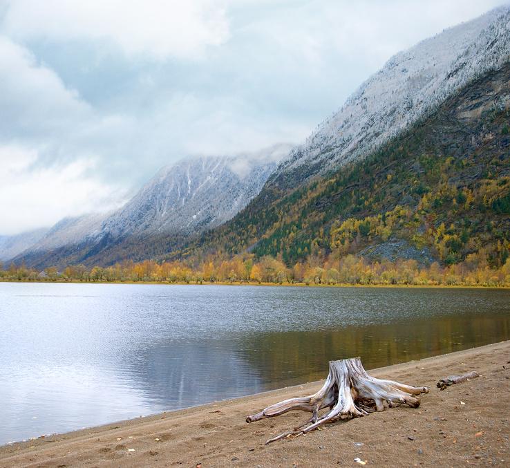 Озеро Телецкое осенним облачным вечером, Алтай, Россия © Инна Грязнова / Фотобанк Лори