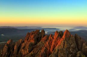Рассвет в горах. Вид с двуглавой сопки, хребет Таганай © Андрей Брусов / Фотобанк Лори