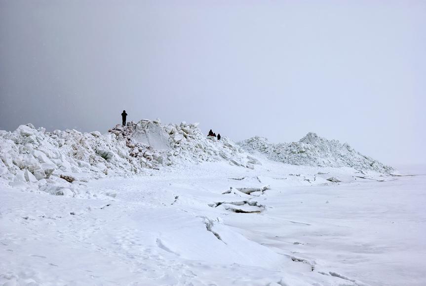 Люди на ледяных торосах у побережья Финского залива. Зеленогорск. Санкт-Петербург © Румянцева Наталия / Фотобанк Лори