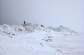 Люди на ледяных торосах у побережья Финского залива. Зеленогорск. Санкт-Петербург