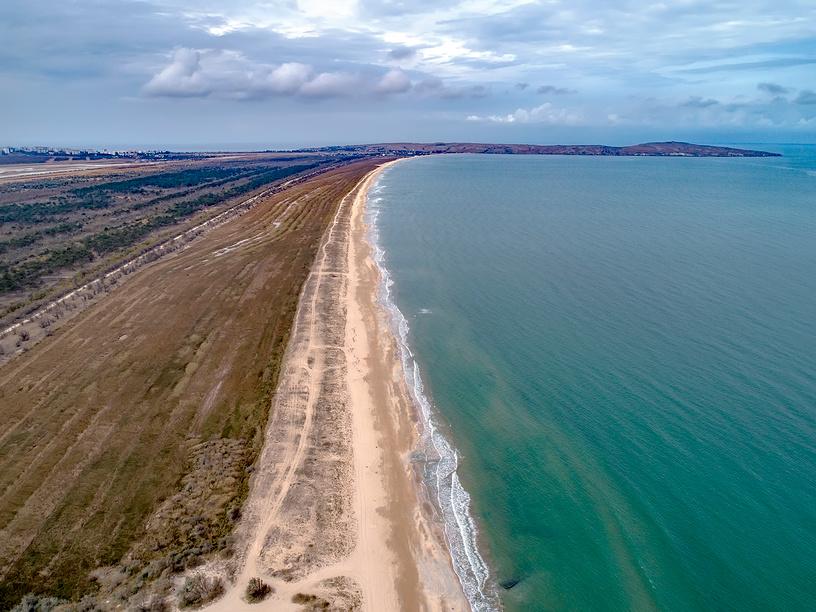 Песчаный пляж в Татарской бухте Азовского моря, вдали мыс Казантип © Геннадий Соловьев / Фотобанк Лори
