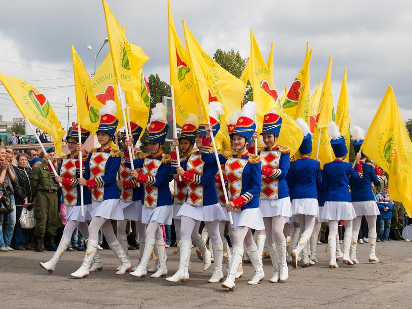 Дефиле барабанщиц. Камышинский арбузный фестиваль.