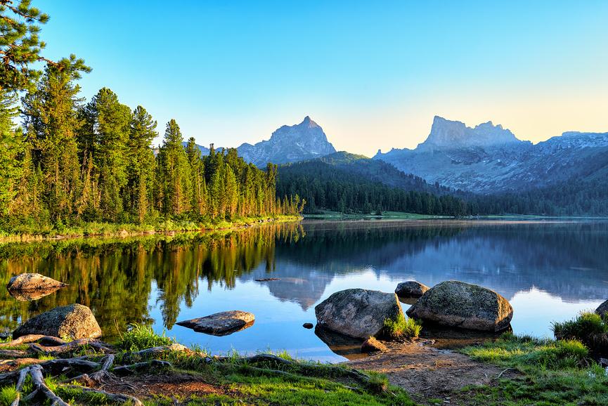 """Раннее утро у горного озера. Природный парк """"Ергаки"""". Западные Саяны. Россия"""