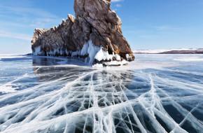 Байкал в начале марта. Гладкий лед с красивыми трещинами у скалистого края острова Огой © Виктория Катьянова / Фотобанк Лори