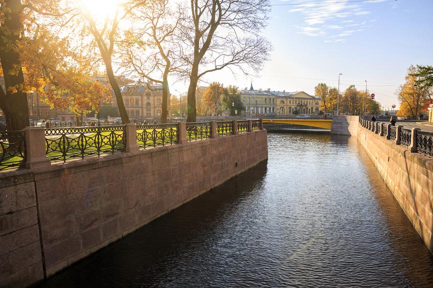Солнечная осень в Санкт-Петербурге. Адмиралтейский канал и остров Новая Голландия залиты солнечным светом