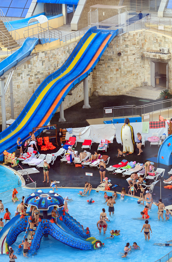 Вид сверху на открытые плавательные бассейны развлекательного центра «Ривьера» © Bala-Kate / Фотобанк Лори