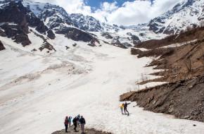 Туристы у Сказского ледника. Цейское ущелье. Северная Осетия © Сергей Афанасьев / Фотобанк Лори